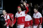 Federer ngã sụp xuống sân trong khoảnh khắc trở thành người hùng