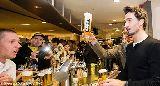 Marco Reus cùng dàn sao Dortmund phục vụ bia cho fan