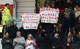 CĐV Man Utd giăng biểu ngữ chế giễu HLV Rodgers và Gerrard