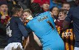 Chùm ảnh: Nổi nóng, thủ môn Millwall đấm thẳng vào mặt đối thủ