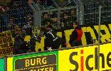 Chùm ảnh: Weidenfeller leo lên khán đài xin lỗi CĐV Dortmund