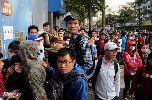 Chùm ảnh: Người hâm mộ xếp hàng dài mua vé xem Olympic Việt Nam