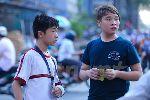 """Chùm ảnh: """"Fan"""" nhí nén đau săn vé xem Công Phượng đấu Uzbekistan"""