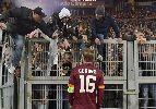 """Chùm ảnh: Roma thua thảm, CĐV vượt rào đòi """"xử"""" De Rossi"""
