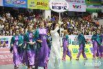 Các cô gái nước ngoài bỡ ngỡ nhưng cực duyên dáng trong tà áo dài Việt