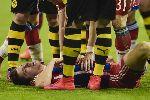 Cầu thủ Bayern gục xuống sân sau khi thua Dortmund