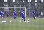 Cầu thủ Việt cởi trần khoe body chuẩn