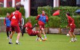 Chùm ảnh: Lewandowski và Boateng xô xát trên sân tập
