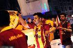 Chùm ảnh: Fan Galatasaray chĩa súng lên trời ăn mừng vô địch