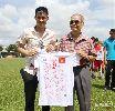 Công Vinh tặng áo đấu làm từ thiện