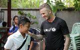 Chùm ảnh: Becks cười tươi bên trẻ em Campuchia