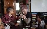Chùm ảnh: David Beckham chung tay... giặt quần áo với trẻ em Campuchia