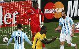Chùm ảnh: Messi bị khóa, Di Maria vô duyên, Argentina thắng sít sao