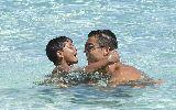 Chùm ảnh: C. Ronaldo nhí nhảnh đùa nghịch với con trai