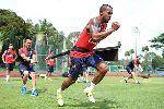 Chùm ảnh: Giroud khoe body, Arsenal đội nắng như đổ lửa tại Singapore