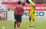 Chùm ảnh: Cầu thủ V-League bị mời khỏi sân vì mặc nội y sai quy định