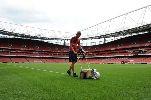 Chùm ảnh: Arsenal khoe mặt cỏ sân Emirates đẹp không tì vết