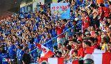 Chùm ảnh: Hậu vệ Quảng Ninh đá túi nước kích động fan Hải Phòng