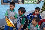 Chùm ảnh: Cậu bé Nepal bất ngờ khi nhận món quà từ Ronaldo