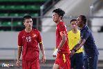 Đội trưởng U19 Việt Nam băng tay ra sân tập khích lệ toàn đội