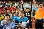Becamex Bình Dương bật champagne ăn mừng chức vô địch ở Lạch Tray