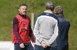 Chùm ảnh: Rooney hăng say chờ phá kỉ lục của Sir Bobby Charlton