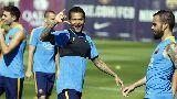 Chùm ảnh: Dani Alves đã trở lại trong buổi tập của Barcelona