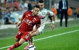 Chùm ảnh: Hình nộn yểm bùa người cũ Marseille bị treo cổ ngay trên sân