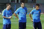Chùm ảnh: Luis Suarez luyện 'trồng cây chuối' trước trận gặp Celta Vigo