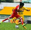 Chùm ảnh: Cầu thủ U21 Bình Định nhập viện vì tự đá trúng mặt, dập mũi