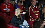 Chùm ảnh: Pep tươi rói giữa tin đồn ra đi, Alonso dùng chổi chơi đàn