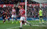 Chùm ảnh: Bất lực tại Britannia, Van Gaal vẫy tay chào tạm biệt CĐV Man Utd?