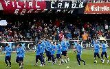 Chùm ảnh: Đang tập, Messi tranh thủ ký tặng CĐV kém may mắn