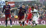 Messi lập hat-trick đầu tiên ở mùa này, Barca lấy lại ngôi đầu