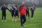 Khăn choàng xuất hiện mọi nơi trên sân tập của Arsenal