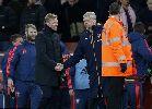Chùm ảnh: Không thể thắng, Arsene Wenger chuyển sang chơi võ mồm với Koeman