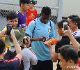 Chùm ảnh: Fan quây kín Ramires trên sân Gò Đậu