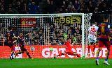 """Hàng phòng ngự Sevilla """"xanh mặt"""" trước siêu phẩm của Messi"""