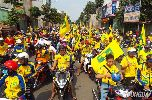 Chùm ảnh: Fan xứ Nghệ 'nhuộm vàng' đường phố Bình Dương