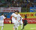 Chùm ảnh: Cầu thủ Hà Nội T&T 'quây' ngã trọng tài Công Khanh trên sân Nha Trang