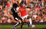 """Hàng công """"chân gỗ"""", HLV Wenger ôm đầu cúi mặt"""