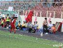 Hy hữu: Hai chú chó vào sân cắn cầu thủ ở VCK U19 Quốc gia