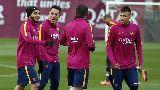 Chùm ảnh: Siêu sao Barca bịt mặt
